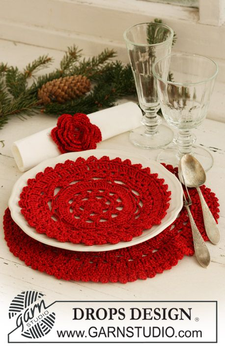 "MAYBE I'LL HAVE TIME TO MAKE A SET OF THESE TO SELL IN THE SHOP CLOSER TO CHRISTMAS TIME!!!  I don't have chargers so this is a beautiful way to add color to the table for Christmas lunch/dinner!  I also would like to see them made in a pretty silver o gold sparkly yarn!      Crochet DROPS Christmas place mat/doily and serviette ring in ""Cotton Viscose"" and ""Glitter"". ~ DROPS Design"