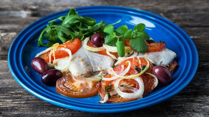 Sei i form med tomater og løk