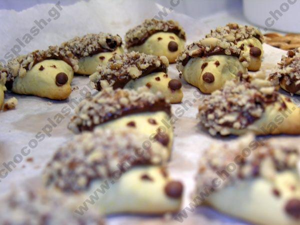 ΜΙΝΙ ΣΟΚΟΛΑΤΕΝΙΑ ΣΚΑΝΤΖΟΧΟΙΡΑΚΙΑ Απολαυστικές μπουκίτσες μπισκότου, καρύδι, σοκολάτας www.chocosplash.gr ΣΟΚΟΛΑΤΑ ΓΛΥΚΑ ΖΑΧΑΡΟΠΛΑΣΤΙΚΗ ΣΥΝΤΑΓΕΣ ΜΑΓΕΙΡΙΚΗ