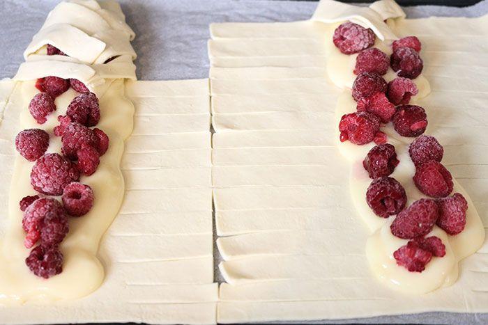 Gefuellte-Blaetterteig-Zoepfe-Pudding-Himbeeren