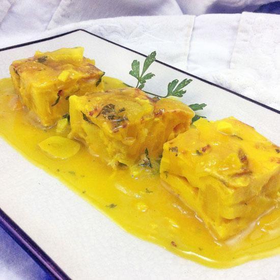 Con esta receta de tortilla en salsa se pueden aprovechar restos de tortilla del día naterior, o convertir en un gran plato una tortilla que ha quedado seca.