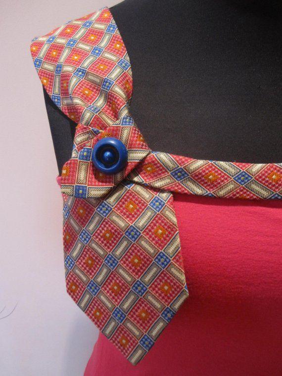 Hecho de una camiseta reciclada y corbata de hombre, esta tapa ha sido rediseñada en una pieza de declaración. Puede ser usado para no