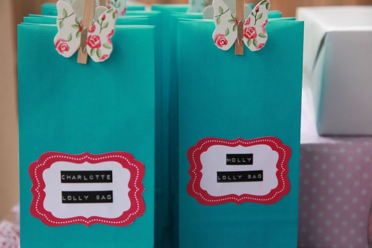 Paper bags decorated with labels and sealed with wooden pegs can make a simple yet striking invitation to the candy cart.