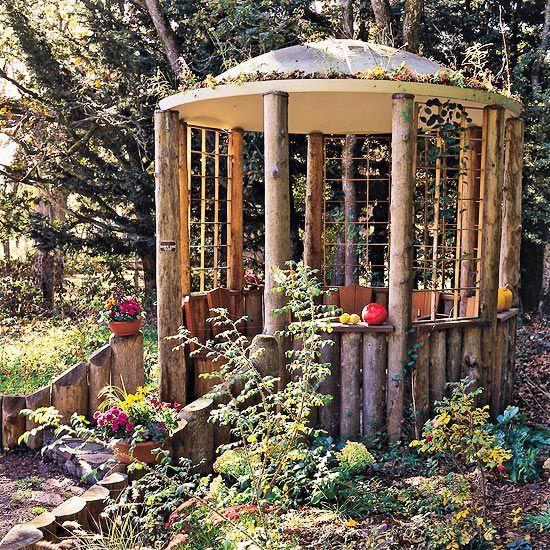 rustikaler pavillon aus frisch geschnittenen Holzbalken