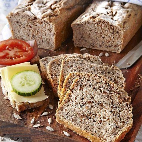Kalljäst råglimpa med rostade frön. Rustikt bröd med rostade solros- och linfrön i degen.