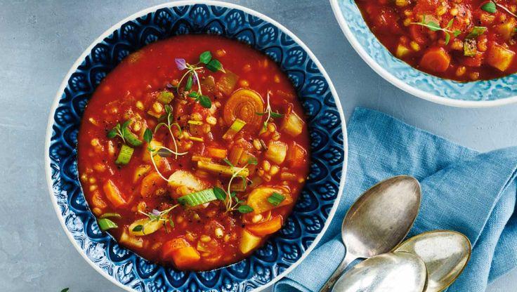 Servér en fyldig suppe med grøntsager og perlebyg på en kødfri dag. Suppen mætter godt, alligevel kan det være lækkert med et stykke godt brød til. Her får du opskriften på grøntsagssuppe med perlebyg