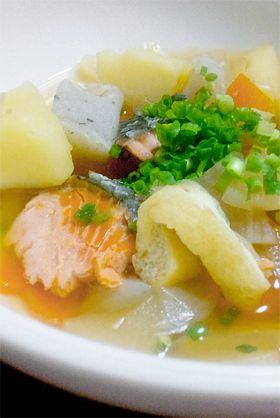 鮭の具だくさん味噌汁【石狩汁】:::さけの旬は9~11月。さんまと並び秋の味覚を代表する魚。川から海へ出て成魚となり、産卵のために、再び生まれ育った川に戻ってくる(母川回帰)。川を遡る途中の、成熟までにまだ間があるものが脂がのっておいしい。あまり産卵期に近づくと、腹子に栄養を取られ、身肉が落ちてしまう。鮭の身は赤いが、実は白身魚の部類。エビやカニを餌にしているうちに赤くなる。