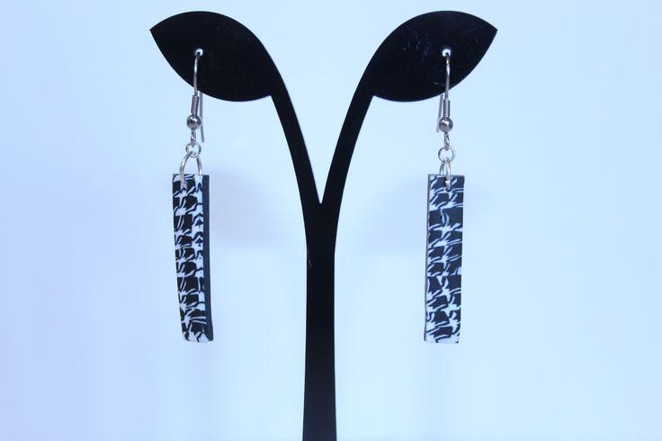 Boucles d'oreilles pendantes rectangles en fimo motif pied de poule noir et blanc : Boucles d'oreille par celinettes-et-compagnie