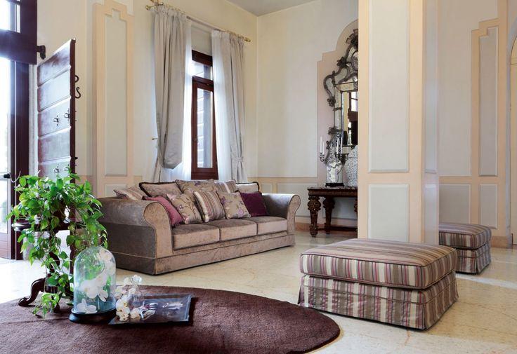 Rubens sedací souprava a taburet v tradičním stylu / sofa and pouffe in traditional style