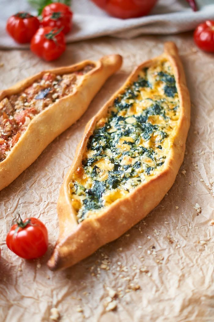 Grundrezept für türkisches Pide mit Spinat-Käse-Füllung.