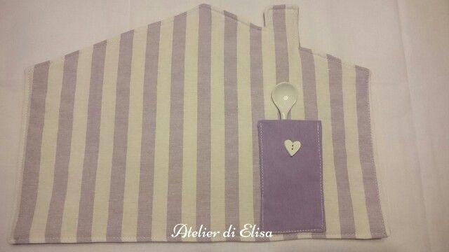 Tovaglietta americana  a righe bianche e lilla a forma di casetta con taschina porta posate con bottone a cuore!