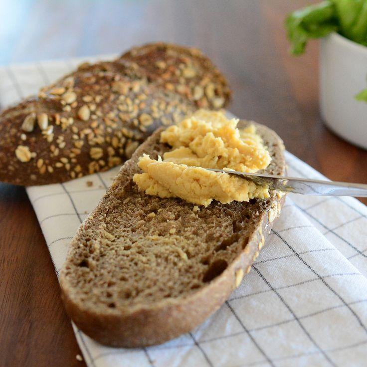 Estamos a preparar uma sandes deliciosa com hummus de grão-de-bico! Sugerimos-te a alface e o tomate como as opções mais simples, mas desafiamos-te a combinar com os vegetais frescos que tens no frigorífico ou aqueles que mais gostas!
