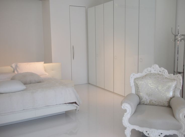 Look total white in questo appartamento, dove il nostro Atlante con ante Seventy in bianco brillante, si inserisce nello spazio con leggerezza ed eleganza.  Total white look for this apartment, where our Atlante wardrobe with Seventy glossy white doors, optimizes space with elegance and lightness.