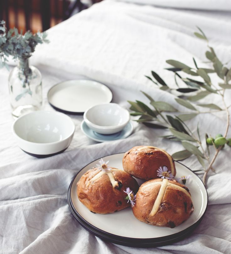 Forever a fan of hot cross buns and with cooler mornings the time is right to dig in and enjoy! This weekend we are treating ourselves with a delicious recipe from @gourmettraveller ✔️ that we have shared in our Journal online. Image at the studio featuring our Broste Copenhagen dining ware, available at plyroom.com.au