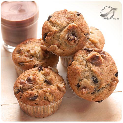 Prueba hacer estos muffins de banana, chocolate y nueces y verás que son exactamente lo que te habías imaginado cuando te dieron las ganas de comer algo dulce.