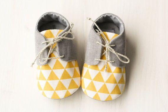 Chaussures de style doxford de garçon de bébé à la main. Fait de tissu solide gris et coton écru avec motif triangle jaune. Semelle douce,