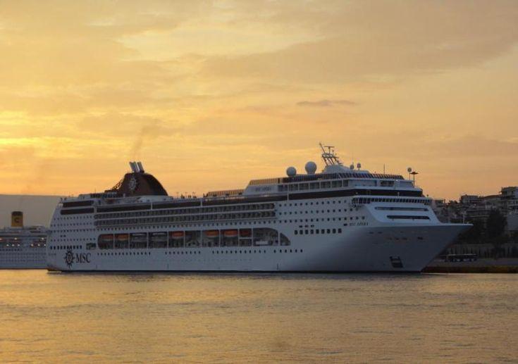 Το MSC Opera πλευρισμένο σούρουπο στον Πειραιά. 19/09/2012.