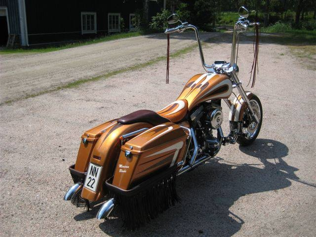 Colorshinen Matias Friman maalasi Veijo Lücken Harley Davidson komean yksilölliseksi.     Pohjaan tuli kuulemma Trotonia ja pintaan MIPAn väri ja lakka. Ammattilaiselta kului 28 työtuntia tähän projektiin.