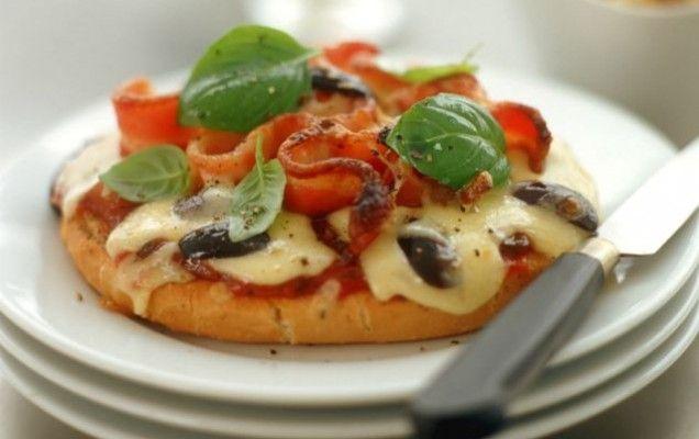 Πίτσα με προσούτο και μοτσαρέλα