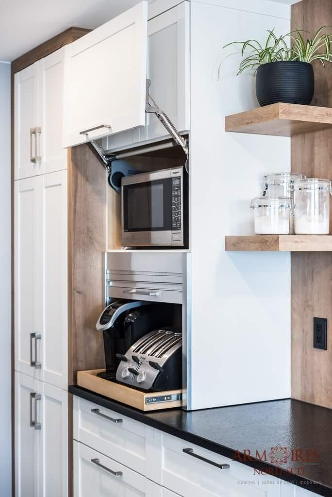 Ordentlich verstaut Toaster und Kaffeemaschine