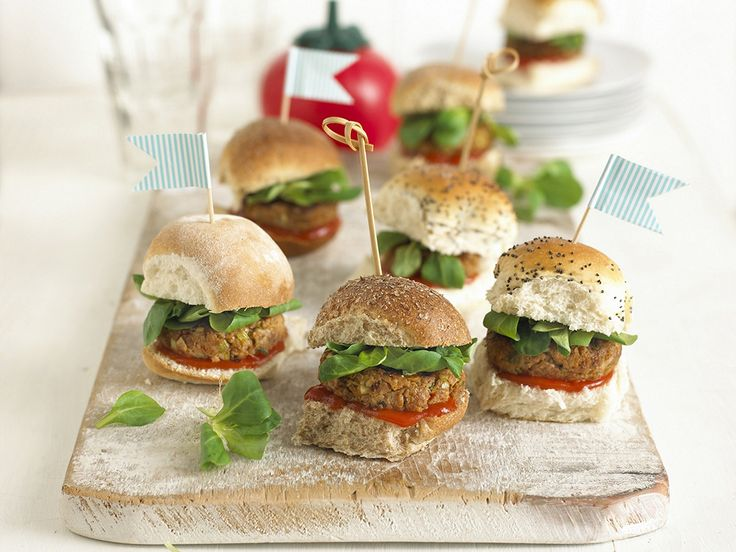 Toddlers love food they can pick up with their fingers and these chicken burgers with apple and carrot are delicious.You could make this recipe using chicken or beef.