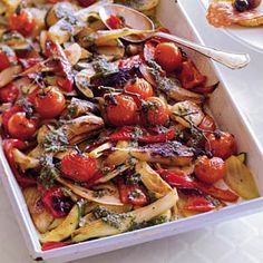 Geroosterde groenten met basilicumsaus. Puntpaprika, venkel, courgette, tomaat, olijfolie, pijnboompitten en basilicum.