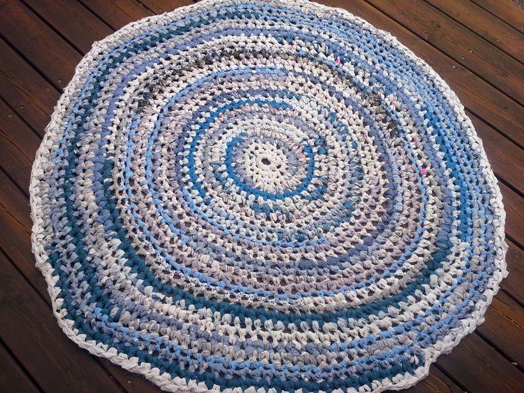 Blåt kludetæppe hæklet af bluser og sengetøj, som jeg har klippet i strimler og hæklet af.