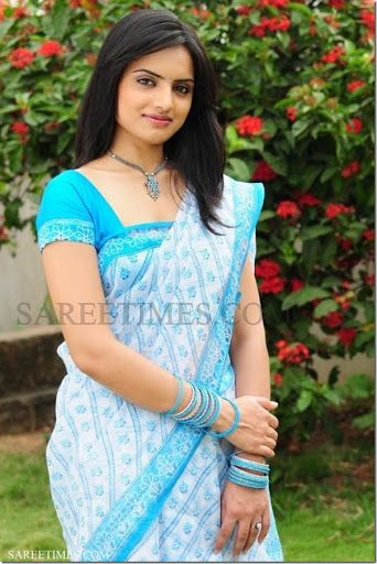 South Indian actress Ritu Kumar in white and blue designer cotton saree with printed and border work paired with designer short sleeves saree blouse.