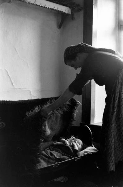 Έλα, ύπνε, γάλι-γάλι/Στου παιδιού μας το κεφάλι./Νάνι-νάνι, νάκια του,/Ύπνος στα ματάκια του./Νάνι-νάνι, νάνα του/Και ...Ηπειρώτικα Νανουρίσματα