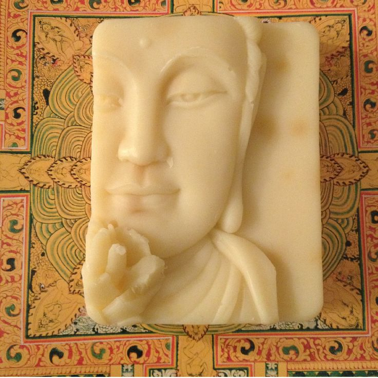 Amitabha ist der Buddha der allumfassenden Liebe. Er hilft auf dem Weg hin zur Erleuchtung. Amitabha duftet hier nach ätherischem Ylang Ylang Öl.