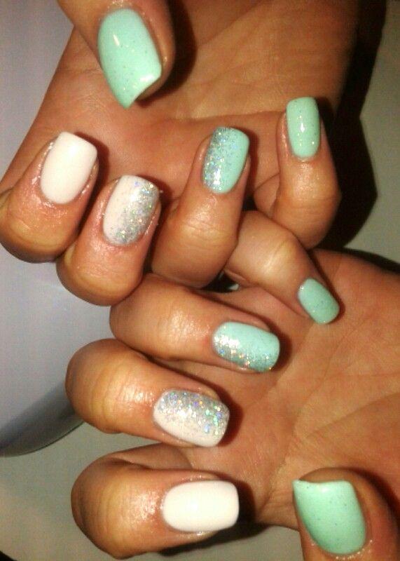 Unghie gel azzurro e avorio con glitter olografico