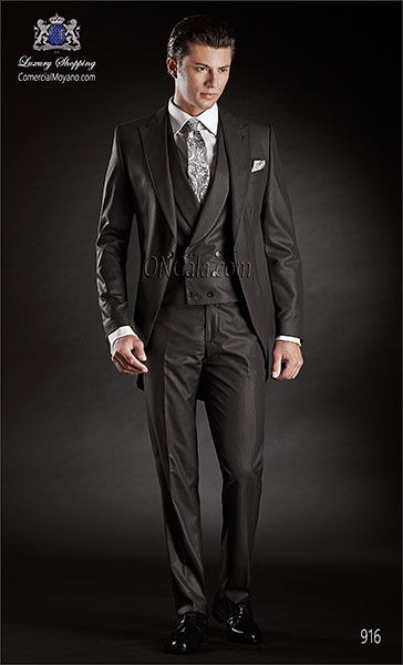 """Traje de novio Chaqué diseño mil rayas tres piezas monocolor negro, tejido ligero """"new performance"""" coordinado con chaleco cruzado."""