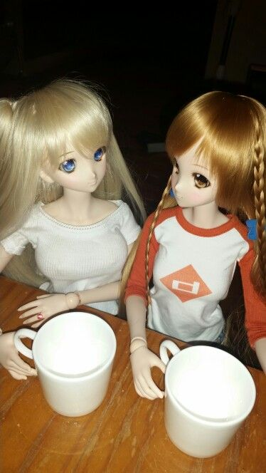 #DOLLFIEDREAM Sitari and #smartdoll Mirai enjoy a chat and cup of tea
