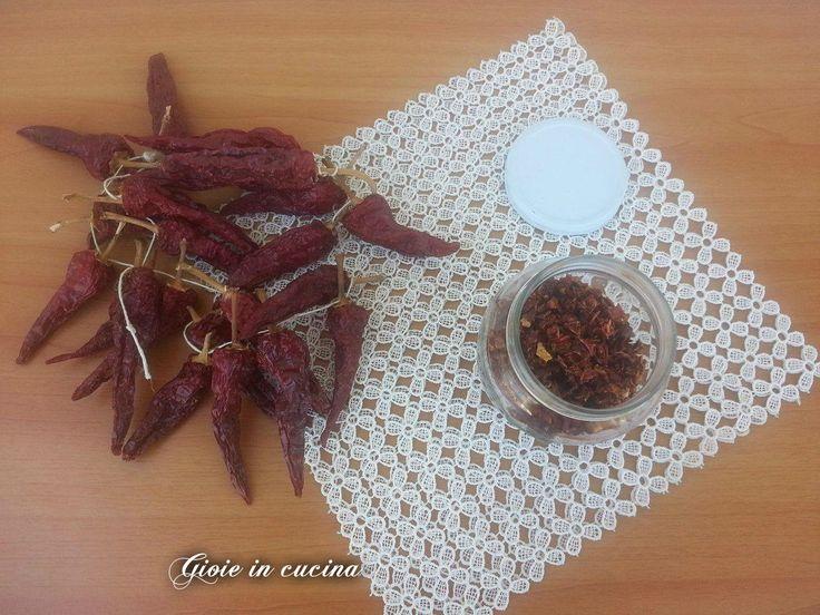 Peperoncini dolci e piccanti essiccati al sole