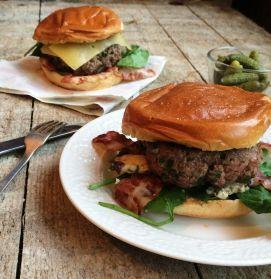 Smulpaapje kookt! - Hamburgers met bacon en blauwe kaas