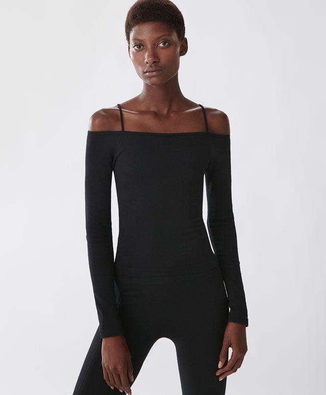 Camiseta escote bardot. Camiseta ajustada manga larga con hombros al aire - Oysho.