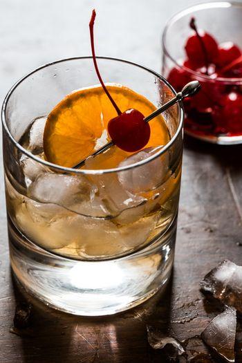 【画像は「Whisky Sour」。ウィスキーにシロップ、レモン果汁を絞り込んだ爽やかなウィスキーベースのカクテル。】