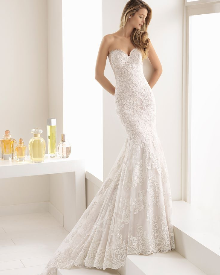 Romantic-style lace wedding dress with sweetheart neckline, in pearl and natural. 2018 Aire Barcelona Collection.