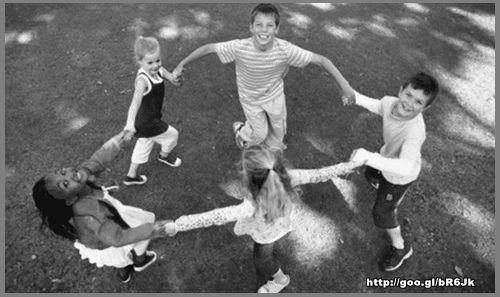 As brincadeiras antigas para crianças mais famosas eram: amarelinha, bolinha de gude, cantigas de roda, passa-anel, roda-pião, queimado, piques, pipa… Tudo isso fazia parte do seu cotidiano e assim elas se divertiam por horas e dias.