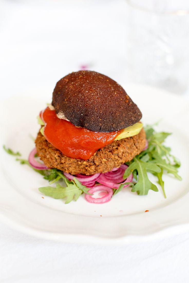 Makkelijke vegan Mexicaanse bonenburgers met een broodje van geroosterde portobello's. Een gezond, licht en superlekker recept!