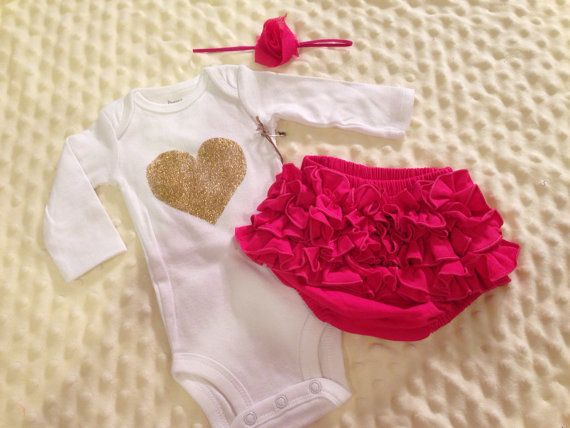 Schön Baby Girl Valentines Outfit Heart Onesie And Ruffle Bloomers And Headband  Newborn Size