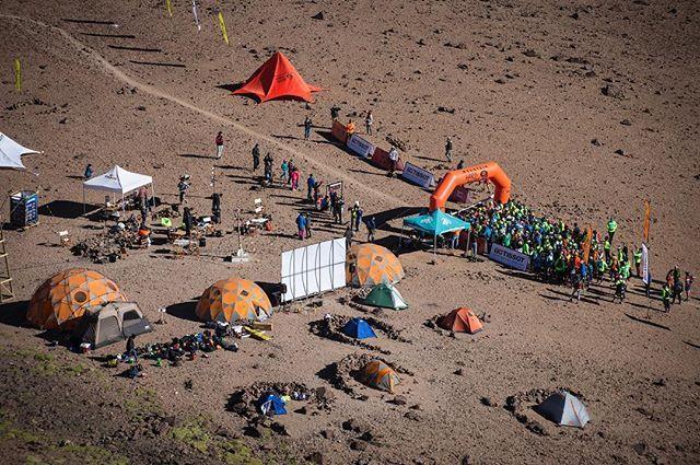 Hay carreras que nos gustan y otras que nos encantan felices de colaborar con una carrera como #desafiocumbres de @mountainhardwearchile  Se viene un gran Camp y sorpresas a prepararse para desafiar la altura de las 2 3 y 4 cumbres  . .