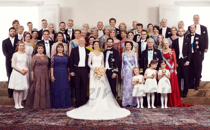 La Casa Real sueca ha difundido las fotografías oficiales de la romántica boda protagonizada por el príncipe Carlos Felipe de Suecia y la bella Sofía Hellqvist.  Carlos Felipe y Sofía de Suec…