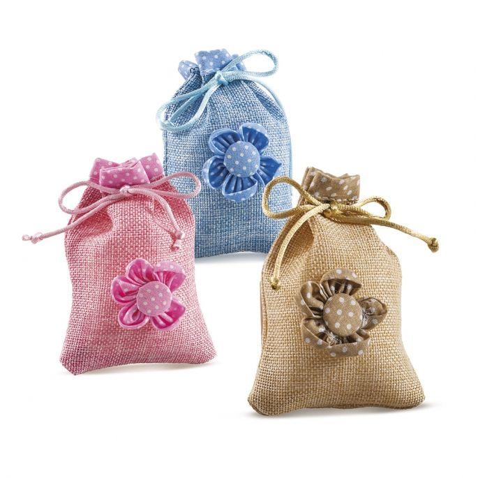 Κεράσματα γέννας πουγκάκι με πάνινο λουλούδι. Διαθέσιμο σε 3 χρώματα - Επιλέξτε από τις διαθέσιμες επιλογές το χρώμα της αρεσκίας σας.  Διαστάσεις : 8 Χ 11,5 εκ  Η τιμή περιλαμβάνει 2 κουφέτα Χατζηγιαννάκη Crispy & το δέσιμο από εμάς.