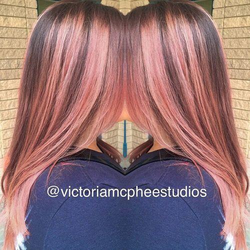 cheveux bruns avec des reflets de rose