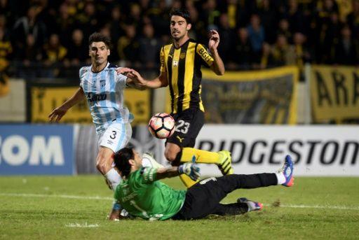 Peñarol, ayudado por la diosa Fortuna, cumplió este jueves con su obligación de ganar en casa al vencer 2-1 al argentino Atlético Tucumán, en Montevideo, en duelo del Grupo 2 de la Copa Libertadores 2017.