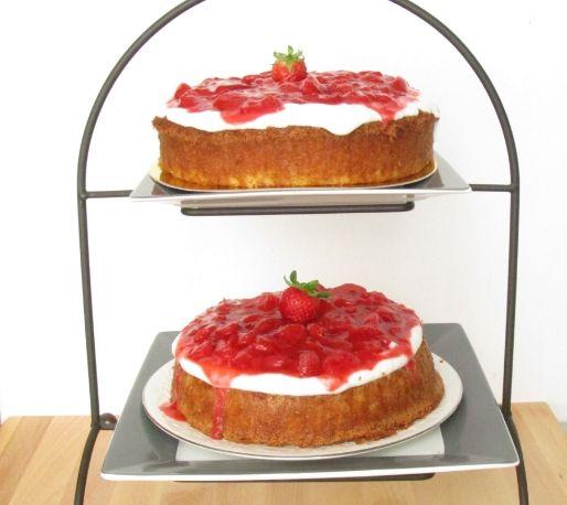Jengibre y Canela: Tarta de fresas y ruibarbo con crema de queso y coco.