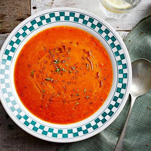 Met dit heerlijke rode paprikasoepje zit je snel aan tafel! Gemakkelijker kan niet.    1Verhit de olie ineen pan, voeg de uisnippers enchilipeper toe en fruit ze 10minuten. Voeg het karwijzaad, deknoflook en tijm...