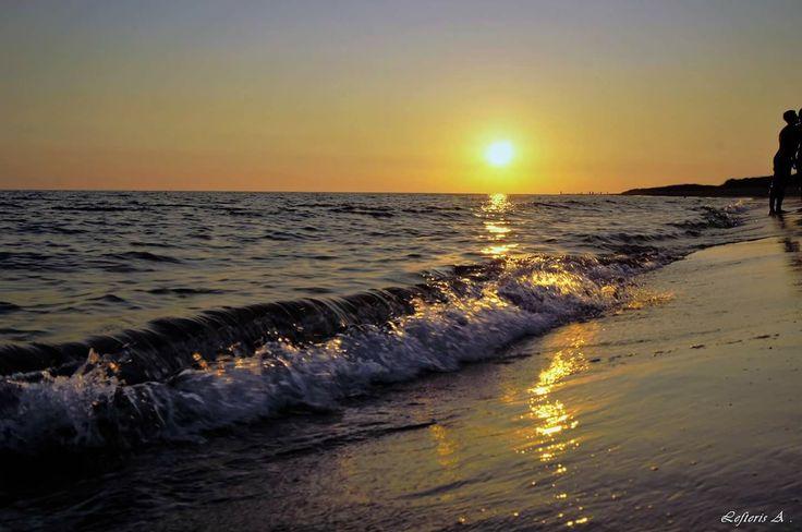 Πάνω στην άμμο την ξανθή γράψαμε τ' όνομά της.. ωραία που φύσηξε ο μπάτης και σβήστηκε η γραφή.  Άρνηση ( Στο περιγιάλι το κρυφό ) Στίχοι:   Γιώργος Σεφέρης Μουσική:   Μίκης Θεοδωράκης