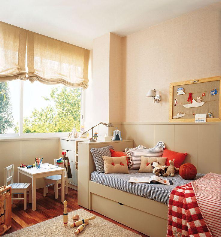 Dormitorio infantil con cama con cabecero y pequeñas sillas y mesas_00273845